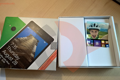 Nokia Lumia 735 box (4)